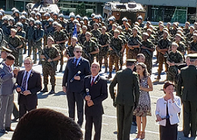 General  de divisão da 2ª Região Militar cumprimenta a homenageadaoel Domingos da ivisão  2ª Região Militar - Ibirapuera/SP